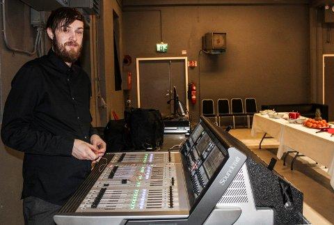 LYD: Lydteknikker Ole-Espen Kristiansen sørget for lyd under Julaften på Verket scene.