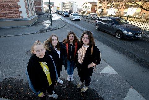 ENGASJERT UNGDOM: 9.-klassinger på Bytårnet mener at også de unge må bli lyttet til om riksvei 19 og trafikkutfordringer i Moss. Anna Willadssen (fra venstre), Karoline Halvorsen, Sofie Grønsletten og Mari Jøraholmen Andresen.