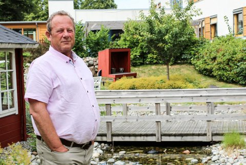 STILLE VANN: - Her skulle det ha vært rennende vann, sier pårørende Jon-Erik Haave i sansehagen til Melløsparken sykehjem.
