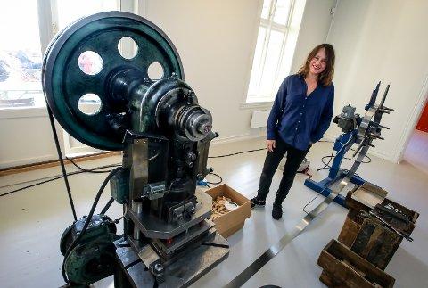 FABRIKK I GALLERIET: I utstillingen «Noe må gjøres» viser Charlotte Thiis-Evensen kunstverket «Enmannsbedriften» som handler om produksjonen av potetskrelleren Peik som lages i Moss.