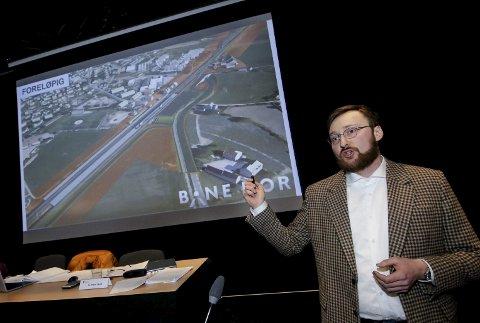 PRESENTERTE ANBEFALINGEN: Bane NORs prosjektleder Martin Hove informerte i februar i fjor kommunestyret om ønsket om å plassere togparkeringen på Halmstad.