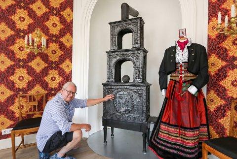 250 ÅR GAMMEL: Ovnsentusiast Ole Henrik Thoresen mener ovnen «Scævola» fra Moss Jernverk har en unik detaljrikdom, også i verdenssammenheng.