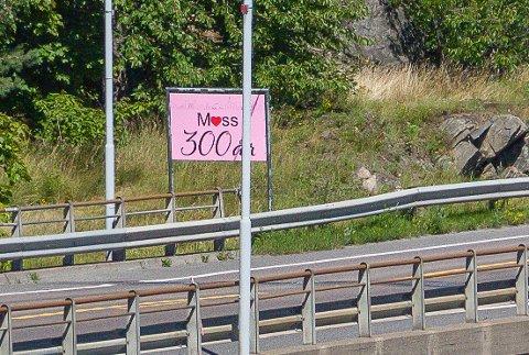 BYJUBILEUM: Dette skiltet er satt opp på innfartsveien for å feire Moss sine 300 år i år.