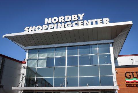Med stengte grenser sliter matbutikkene på svensk side. Nå mister mange ansatte jobben.