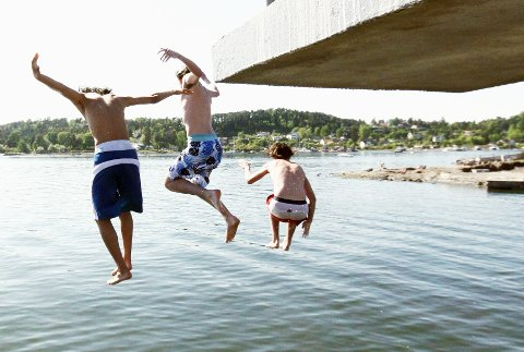 HOPP I VANNET: Sørenga-badet gjenåpnes ifølge Oslo kommune trolig lørdag. Du kan hoppe i vannet ved alle de lokale badestedene våre, som her ved Ulvøya, med mindre du plutselig skulle se oljefilm i vannet. Arkivfoto