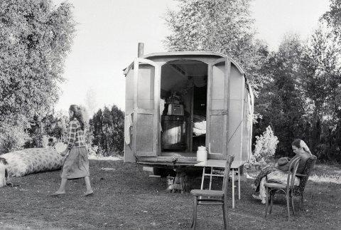 Leir på Ekeberg: På 1950-tallet etablerte romfolk seg på Ekebergsletta med campingvogner. 20 år senere kunne de flytte inn i kommunale boliger i Stamhusveien 43. Foto: Arbeiderbladet/Arbeiderbevegelsens arkiv