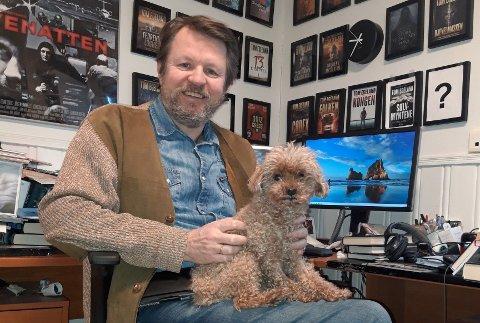 Tom Egeland og hunden Teddy på kontoret hjemme på Nordstrand.