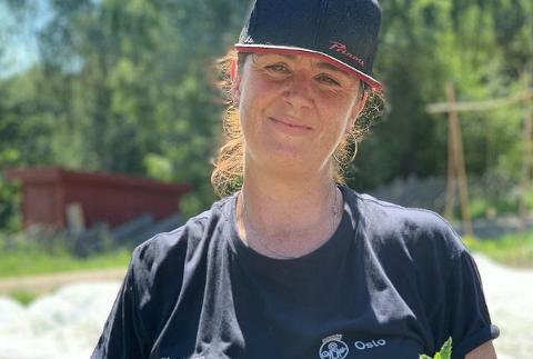 Camilla Storm jobber på Sørli gård. Hun mener det er sjelden man får sjansen til å jobbe med landbruk i hovedstaden. Nå er det utlyst to stillinger på gården.