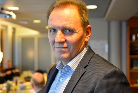 ADVARTE: - Liv og helse settes på spill, sier leder av Norsk Flygerforbund, Yngve Carlsen. Han frykter ambulanseflytjenesten nå ramler fra hverandre, og mener regjeringa deler ansvaret.