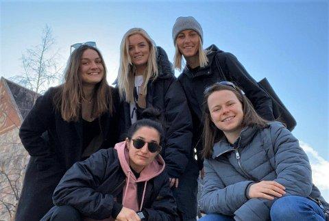 PÅSKETUR: Guro Pettersen (i midten bak) på en påskeutflukt sammen med venninner i Piteå. I Sverige er hverdagslivet tilnærmet normalt fortsatt, rapporterer fotballprofilen fra Tromsø.