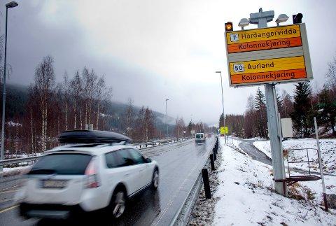 Kombinasjonen vind, snø og dårlig sikt betyr stengte fjelloverganger og kolonnekjøring på flere strekninger. Illustrasjonsfoto: Kyrre Lien / NTB SCANPIX