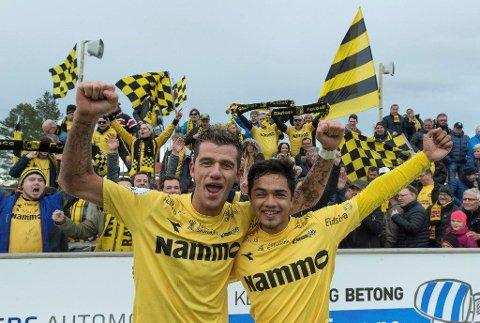 MER STØTTE: Rocky Lekaj (t.v) og Haashim Domingo gleder seg over at Raufoss endelig får supporterklubb igjen.