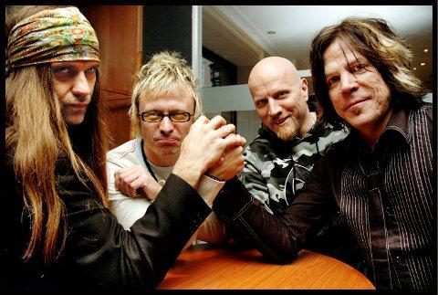 EN EVIG HÅNDBALLKAMP: Ronni Le Tekrø (t.v.) og Tony Harnell fotografert i 2005 - da bassist Victor Borge kom med i bandet. Trommeslager Morten «Diesel» Dahl bak til høyre.