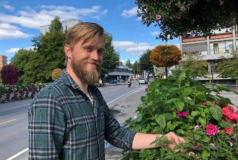 BLOMMER I GATEN: – Det er en del jobb med alle blomstene i byen, men det vil vi garantert fortsette med, sier den nye parksjefen i Gjøvik, Torgeir Haglund Norli.