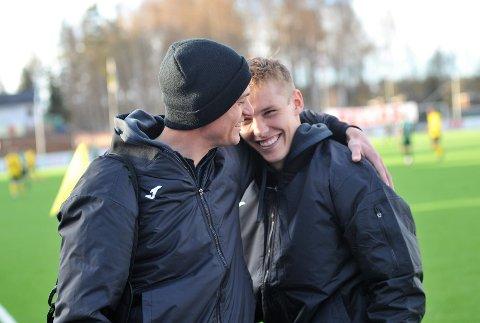 TRØST: Matchvinner Markus Aanesland (t.v) trøstet Edvard Liunneboe Race som ble utvist og må stå over seriepremieren.