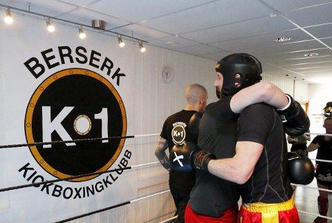 Kickboksingstevne hos Berserk K-1 Kickboxingklubb i Nordbyveien i Ski lørdag 9. mai 2015. Besar Pajazidi (skjult) var i aksjon i ringen for første gang mot Michael Birkeland. FOTO: STIG PERSSON