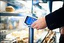 I flere år har utviklere arbeidet med å lage løsninger som gjør det mulig å bruke mobilen som et eneste stort betalingskort. Teknologien gjør det mulig å bare holde mobilen inntil bankterminalen for å betale. Med for eksempel Valyou, som DNB, Sparebank 1 og Telenor står bak, kan du betale inntil 200 kroner uten å taste pinkode. Foto: Ilja C. Hendel / Telenor / NTB scanpix