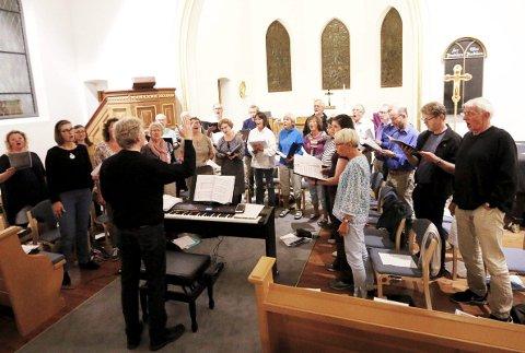 SNART KLARE: Ås kirkekor med dirigent Jostein Grolid, her fra en øvelse før jubileumskonserten for et år siden.