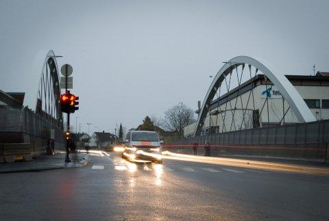 HVITE BUER: Nordbyveien bro var budsjettert til å koste 7 millioner kroner. Tre år etter at den sto ferdig, klarer ikke Bane Nor å finne ut hva broen kostet.
