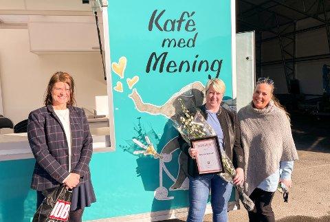 ILDSJEL: Katrine Behsert (nummer to fra venstre) fikk Raushetsprisen 2021 av Jobzone Ski. Hun har stått på for Kafé med mening siden 2016. Her med Ingvild Kristiansen (til venstre) fra Jobzone Ski og hennes arvtaker Nina Renee Hurlen.