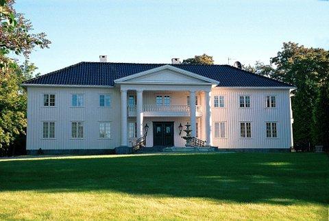 Den gamle hovedbygningen på Ulleberg, som brant i 1934, er utvilsomt det flotteste sveitserhus, som har eksistert i LARVIK. Nåværende hovedbygning er også bygd i tre, men med åpenbare forbilder i nyklassisismens murarkitektur.