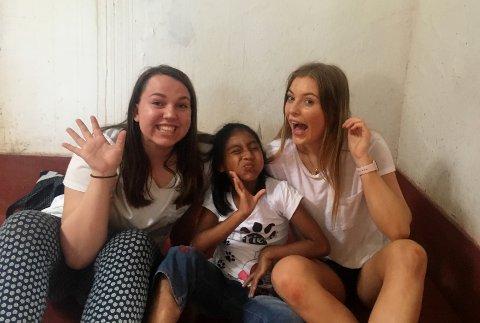TUR TIL PERU: Hanna Brendstuen og Karoline Sætre Aas hadde det koselig sammen med barna fra barnehjemmet og skolen i Peru.