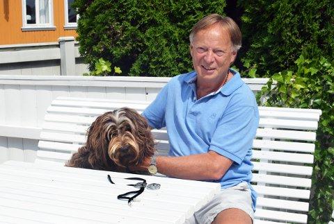 TRULS GRØNVOLD og hunden Ronja trives godt i hagen på Langestrand. I tillegg til Larviksmykket har Grønvold også designet og laget Larviks nye ordførerkjede.