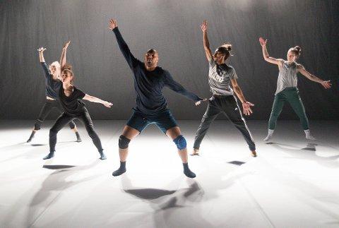 BRUDD: Danserne i forestillingen «Kaboom» tolker brudd. Nå legger de ut på rundreise i Innlandet. Foto: Jo E. Brenden