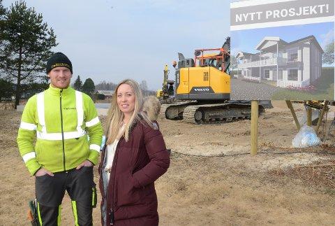 ER I GANG: Søsknene Malin Tryggvason og Ben Philip Gundersen er i gang med byggeprosjektet på Kjellmyra.
