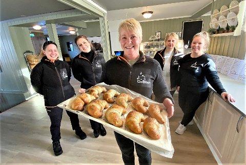 GLEDER SEG: - Sjansen måtte gripes når den kom, sier Irene Rønningen som har startet Gobiten i tidligere Bakerikjelleren i Rena sentrum. Her sammen med Ellen Scheffel (bak tv,), Kristin Rønningen, Aukse Raiceviciene og Heidi Rønningen.
