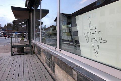 EN SISTE HILSEN: Denne plakaten pynter opp vinduene i den tidligere restauranten.