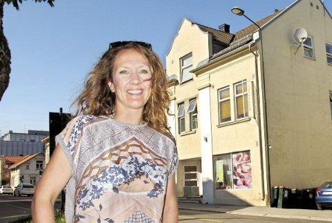 POP-UP: Line Sanne foran huset der hennes elver skal ha utstilling fra 14. til 17. juni.