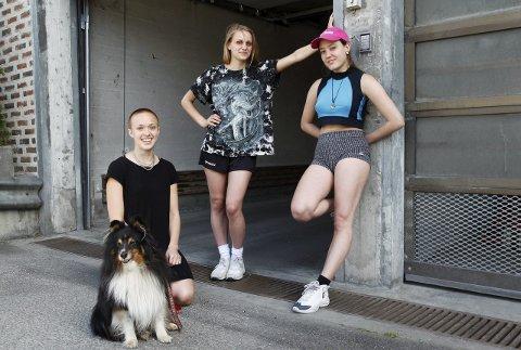 Kjelleren på Pohlmanns og leiligheten over Friisebrygga er tilholdssteder for årets utgave av Scene:Bluss. Alexandra Tveit og Marie Ursin (f.v.) er arrangører. I år har stockholmskunstneren Ofelia Jarlo Ortega (t.h.) residens under festivalen. – Det er cool, sier 24-åringen.