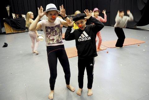 KLOVNER: Martine Jakobsen (10) og Fredrik Hermanrud Andersen (10) synes det er helt topp å bytte de vanlige skoletimene med sketsjer og ablegøyer sammen med Teater Avvik.Foto: Katrine Rohde Johannessen