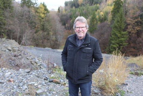 SKAL FYLLES OPP: Torbjørn Krogstad i Kommunalteknikk sier at området bak ham skal jevnes ut med løsmasser som skal deponeres. Men det vil ikke bli aktuelt å bygge på toppen når området er fylt opp med 300.000 kubikk masser.