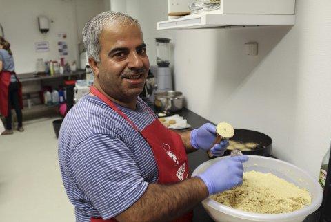 Mohammed Mohammed har ansvaret for å lage falafel av kikerter på kjøkkenet ved Henrys Hus. – Legg kikertene i vann over natta. Deretter kjører du dem i en kjøkkenmaskin, før du tilsetter koriander, salt, bakepulver og hvitløk. Deretter formes og friteres falafelen.