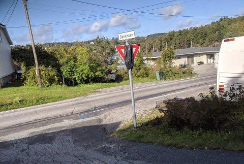 NYE SKILT: Nye vikepliktsskilt er montert i Bergsbygda, midlertidig med sort sekk.