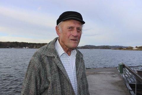 LILLE ARØYA: – Her har jeg bodd hele livet, og her skal jeg bo så lenge jeg lever, fastslår Olaf Kristoffersen på Lille Arøya. I dag er det fem fastboende på Lille Arøya, på Stokkøya bor det seks fastboende og en på Arøya. Sommeren er mye mer folksom med hyttefolk og båtfolket.