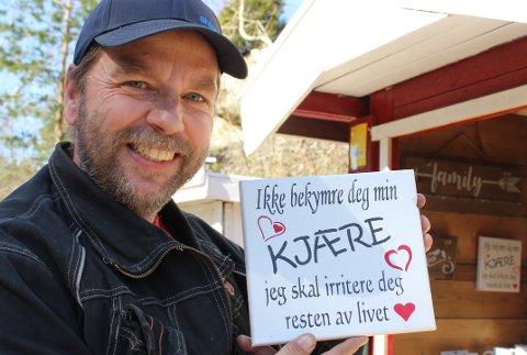 INSPIRERT: Tom Rune Olsen lytter til folks kommentarer og samler på ordtak. Mange av kommentarene han hører, lager han bilder av som han selger fra en salgsbod på Ivarsand. Nå har han også laget stand til bildene ved Trosbysupern. – Folk tar med seg bilder og betaler med Vipps.