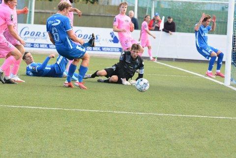 Bare nesten: Pors-spillere i kø for å sette Marius Bustgaard Larsens innlegg i mål. Dessverre rakk ingen av dem fram.