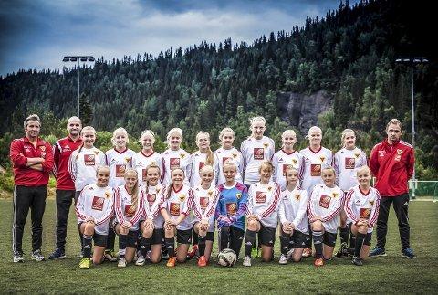 KM-klar: B&Y ILs jenter 13-lag 1 er klar for finale i kretsmesterskapet i fotball. Laget møter Hunstad fra Bodø i Stålhallen søndag 11. oktober. Her er spillerne på begge de to 13 årslagene samlet. Foto: Martin Weiss