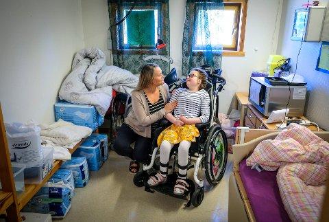 Funksjonshemmede Aurora Hagen, og mamma Solveig Hagen synes det er slitsomt å være i midlertidige lokaler på Gruben som ikke er tilrettelagt.
