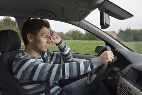 Særlig på lange turer er det en risiko for å bli trøtt og kunne sovne bak rattet. Det kan få fatale konsekvenser. Foto: Picturepoing/Gjensigige.