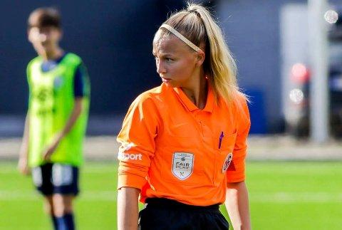 Gruben ILs Victoria Nilsen har allerede dømt flere kamper i 1. divisjon  denne sesongen. men hun tror det tar tid før hun debuterer i toppserien. Foto: Allan Berg