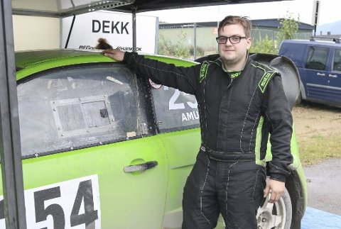 BILTRØBBEL: Thomas Amundsen (21) kjørte på Røssvoll Motorstadion for første gang, og hadde noen problemer med bilen.
