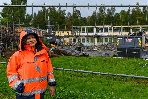 Prosjektleder Wanida K. Phorat fra Rana kommune følger rivingen og byggingen av Båsmo nye barneskole tett.