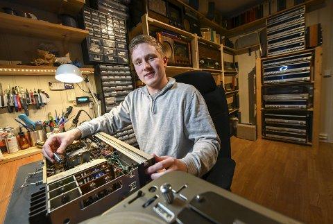 Erling Johan er selvlært, og lærer noe nytt for hver radio han åpner.