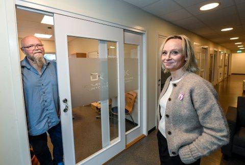 Opplæringskontoret for Nord-Helgeland får ny daglig leder. Elling Myren fortsetter i bedriften som rådgiver og inn kommer Aina Valør. Det betyr at Myren skal rydde ut av det beste kontoret med vindu i to retninger.