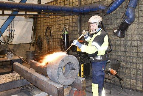 Etterbehandler: Jan Ketil Lund startet for to år siden i jobben som etterbehandler etter at elementene er skåret ut av skjærbrennere. Arbeidet er nøysommelig og Lund trives godt med det. Elemtenene kan være alt fra store til små han kan holde i en hånd.