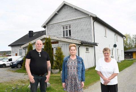 Bekymret: Folkets Hus på Stavsjø må pusses opp. Det forteller Kjell Arne Oldenborg (f.v.), Sidsel Simensen Schritt og Wenche Taalesen, tre av medlemmene i styret.